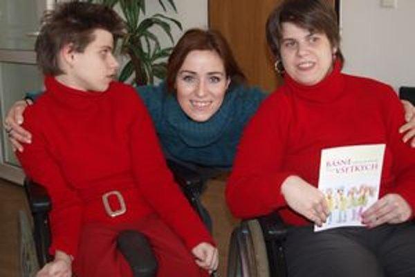 Zľava Zuzka Trungelová, Soňa NOrisová a básničkárka Martinka Trungelová. Prítomnosť herečky ich nesmierne tešila.