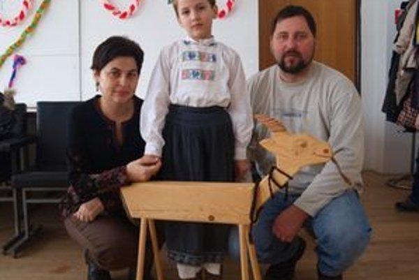 Marek Kotora s rodičmi, na súťaži recitoval v kroji a s drevenou kozou.