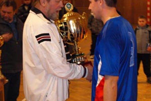 P. Martinec blahoželá kapitánovi víťazov I. Drienovskému.