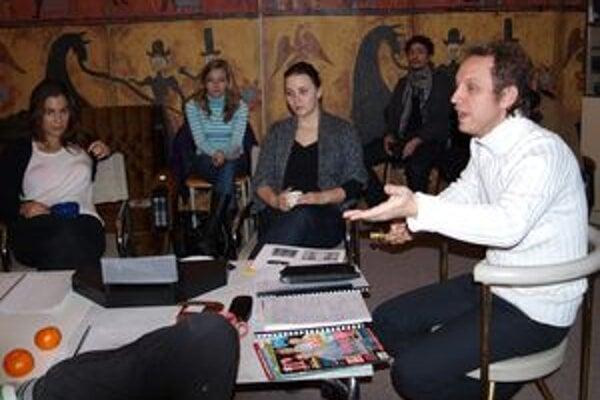 Realizačný tím hercov a tvorcov s režisérom Svetozárom Sprušanským počas prvej čítačky.