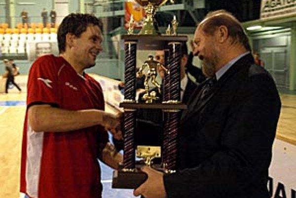 Putovný pohár prevzal v nedeľu pred 21. hodinou kapitán Chrenovej Anton Suchan z rúk predsedu ObFZ v Nitre Petra Martinca a poslanca NSK Mariána Kéryho (schovaný za pohárom).
