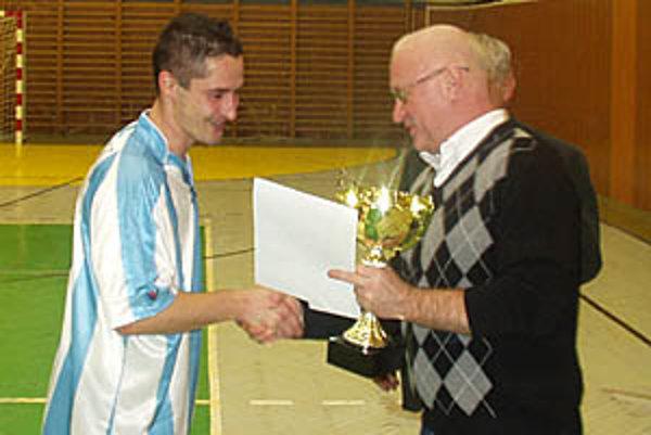 Kapitánovi víťazov Romanovi Zimovi blahoželal vrábeľský primátor Tibor Tóth.