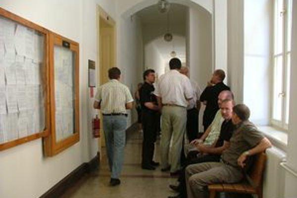 Kauza je z roku 1998, obžaloba bola na súd podaná v roku 2003. Ani po rokoch sa nepodarilo vyniesť rozsudok. Teraz sa vec vrátila na začiatok. Na snímke sú svedkovia aj obžalovaný policajný exriaditeľ (druhý zľava v čiernej košeli).