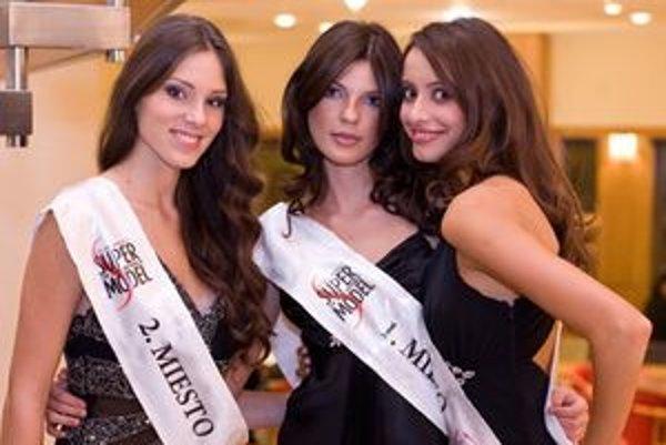 Trio víťaziek - zľava Laura Longauerová z Detvy, Natália Rondzíková z Nitry a Monika Besedičová zo Senca.