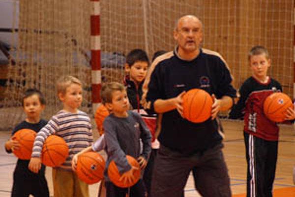 Basketbal ich baví. V akcii s malými školákmi šéftréner akadémie Ľubomír Urban.