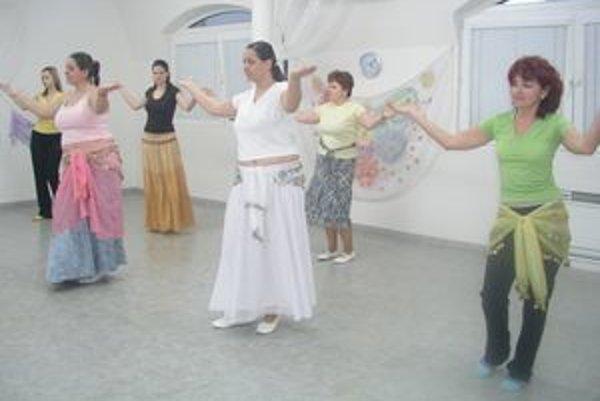 Zľava lektorky Radka Remenárová a Jaroslava Sitárová so svojimi cvičenkami.