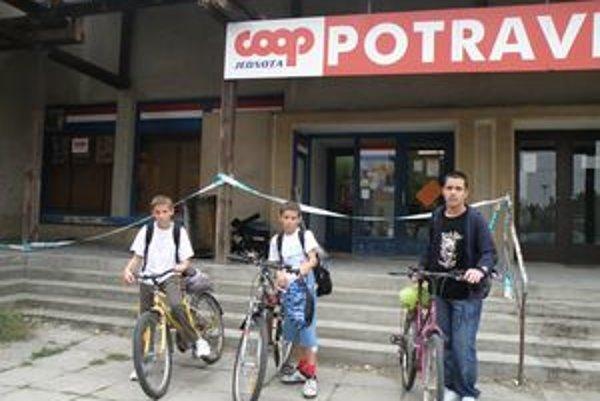 Predajňu potravín na ulici Andreja Mojzesa ohraničovali v pondelok po požiari policajné pásky.