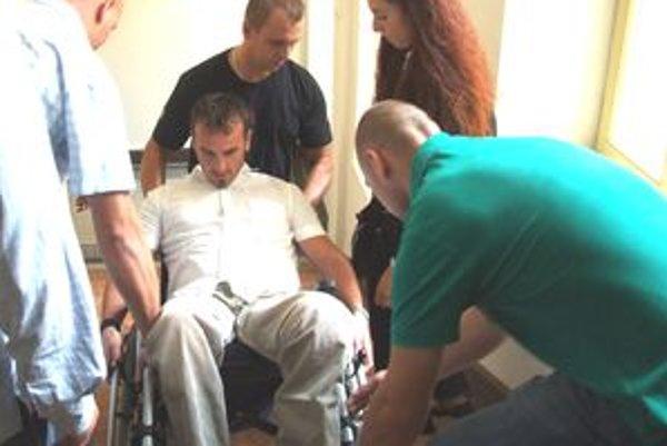 Pojednávalo sa na prvom poschodí. Policajta Radoslava Morvaya, ktorý je na vozíku, tam vyniesli kamaráti.