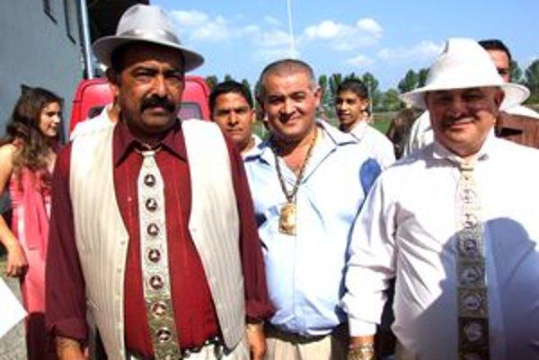 Oslávenec Ján Rafael (vľavo) dostal zlatú kravatu so znakmi Mercedesu. Tento doplnok majú aj viacerí jeho príbuzní, vyrába ho na objednávku zlatník v Nitre.