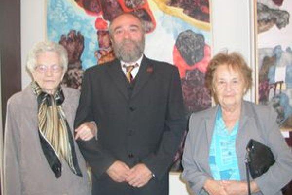Zľava umelcova matka Magdaléna Prešnajderová, akademický maliar Marián Prešnajder a jeho učiteľka ruštiny v Seredi Marta Polhorská.