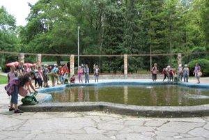Žabia fontána je obľúbeným miestom detí.