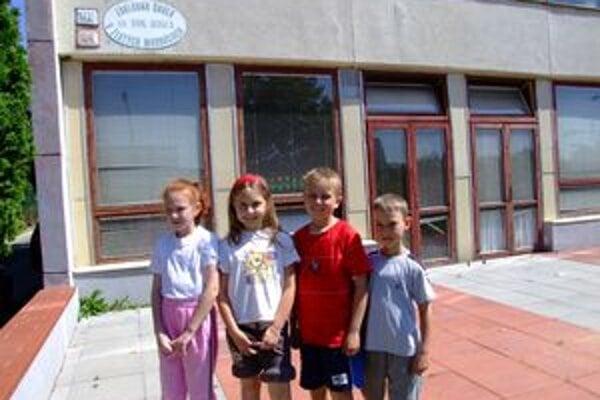 Cez staré drevené okná cirkevnej školy počuť ruch ulice. Škola sa bojí, že s príchodom Tesca do susedstva sa to ešte zhorší.