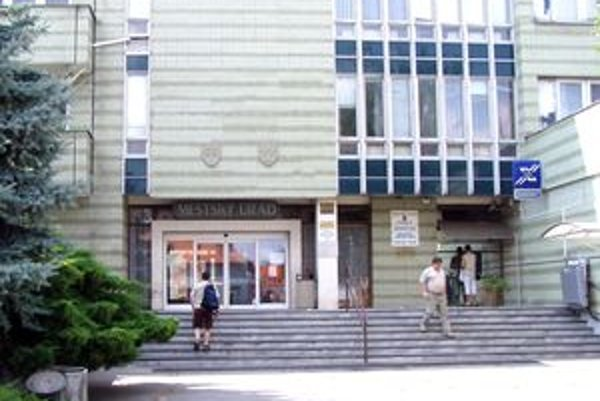Mestský úrad vo Vrábľoch. Viceprimátor a hlavná kontrolórka sú blízki príbuzní.