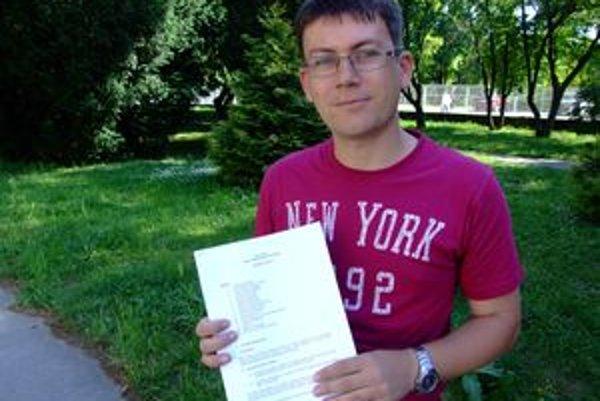 Peter Hrobár s listom z ČSOB, v ktorom ho informujú, že reklamovanie transakcií kariet je dlhodobý proces.
