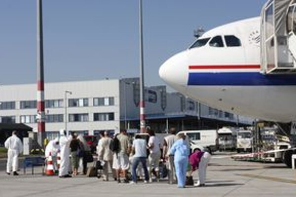 Lietadlo z Mexika priletelo v nedeľu na pražské letisko. Pre podozrenie na prasaciu chrípku prehliadli hygienici všetkých 210 pasažierov, boli medzi nimi aj manželia z Nitry.