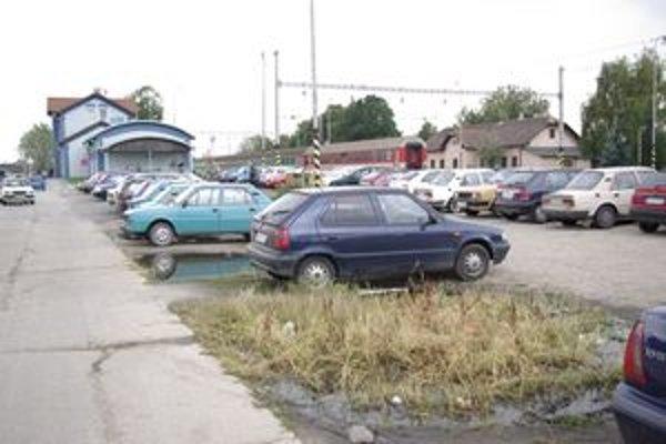 Veľkým problémom Šale je aj parkovanie pred železničnou stanicou