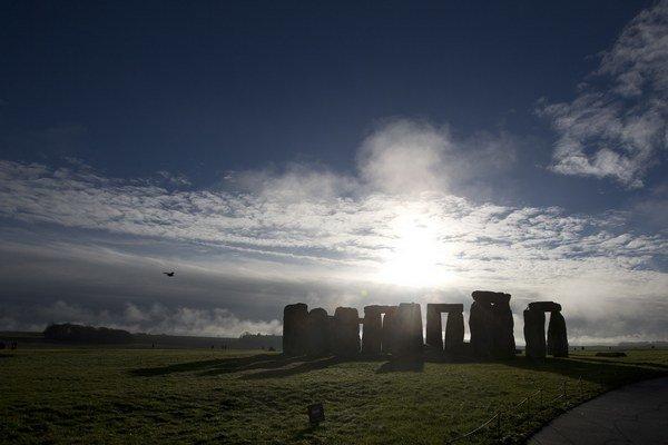 Stavbu tvorí takmer sto kamenných monolitov.