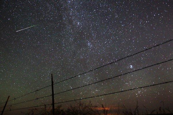 Najlepšie sa vesmírna obloha pozoruje z tmavého miesta mimo svetelného smogu miest.