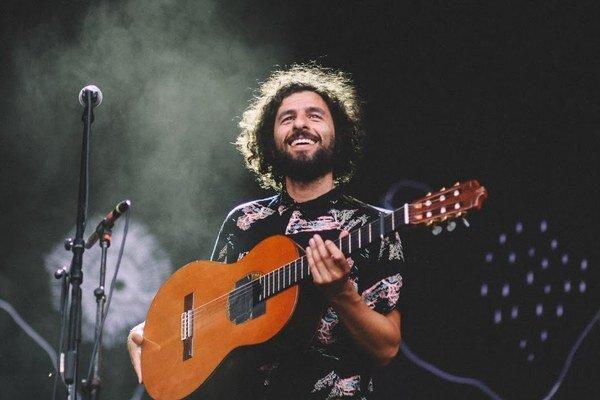 Aj keď piesne Josého Gonzáleza odrážajú melódiami a štýlom spevu pokoj, ich texty sú často plné náročných filozofických tém ako  postavenie jednotlivca v spoločnosti alebo dominancia vo vzťahoch.