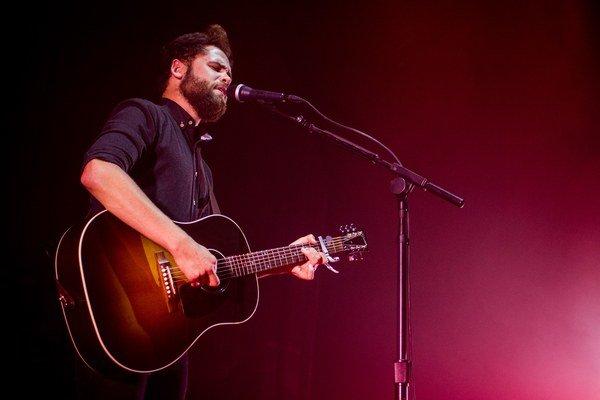 Passenger (31), rodák z anglického Brightonu, pri niekoľkých piesňach poprosil  bratislavské publikum o úplne ticho, chcel, aby sa spolu s ním úplne oddali príbehom, o ktorých spieval. Pri iných skladbách však dokázal dav poriadne vyprovokovať.