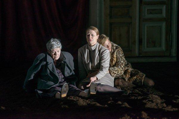 Elisabeth Orth (vľavo) v inscenácii Celibát.