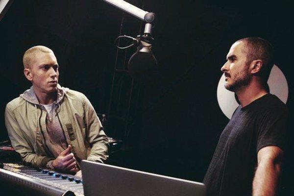 Prvým hosťom rozhlasovej hviezdy Zana Lowa  v internetovom rádiu Beats One bol Eminem.