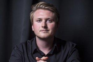 Peter Balko (26). Je mladý a má toho na konte už veľa. Spoluautorstvo scenára k úspešnému filmu Kandidát, sledovanú diskusnú reláciu Večera s Havranom, zbierku poézie Metrofóbia a obľúbený literárny festival Medzihmla. Knižným debutom Vtedy v Lošonci hneď