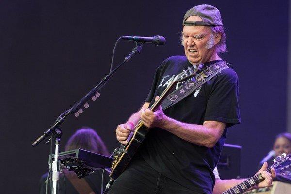 Neil Young si kedysi vážil Starbucks za to, ako podporoval hnutie LGBT. Dnes mu to už nestačí.