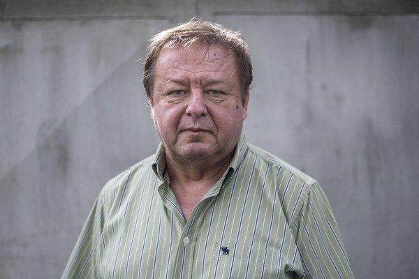 Doc. PhDr. Jozef Klavec, PhD. Narodil sa 1949 vo Zvolene. Je absolventom Filozofickej fakulty UK v Bratislave. Od skončenia štúdia v roku 1972 až do roku 2014 pôsobil na Filozofickej fakulte UK v Bratislave, teraz pôsobí na Katedre politológie Fakulty soc