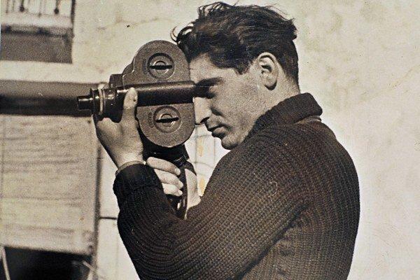 Robert Capa, rodným menom Endre Friedmann mal korene aj na Slovensku. Narodil sa v Budapešti, no jeho matka pochádzala z Veľkých Kapušian. Charizmatický fotograf, ktorý strávil takmer polovicu svojho života v piatich vojnách ako reportér, bol spoluzaklada