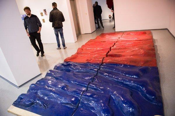 Uznávaný sochár Jozef Jankovič vystavil abstrahovanú formu československej vlajky  v roku 1970 na bienále v Benátkach. Dielo z roku 1968 bolo reakciou na vstup spojeneckých vojsk. Malo podobný osud ako vlaňajšia česká vlajka Dalibora Baču na dlážke