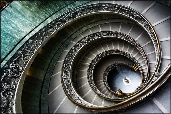Schody vo Vatikánskom múzeu z horného pohľadu.