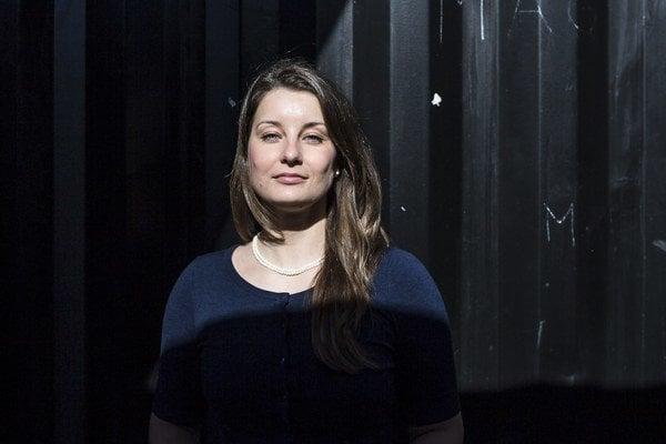 Lucia Jelčová (1983)vyštudovala Fakultu masmediálnej komunikácie v Trnave odbor masmediálna komunikácia, kde sa počas doktorandského štúdia venovala najmä problematike verejnoprávnych médií. Od roku 2007 pôsobila ako redaktorka a televízna moderát
