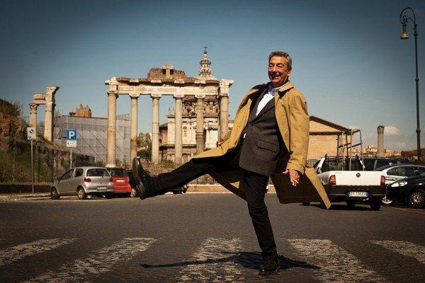 Gianni Di Gregorio má v kinách komédiu Niktoši. Do programu by si ho mohol vybrať aj niektorý z našich festivalov.