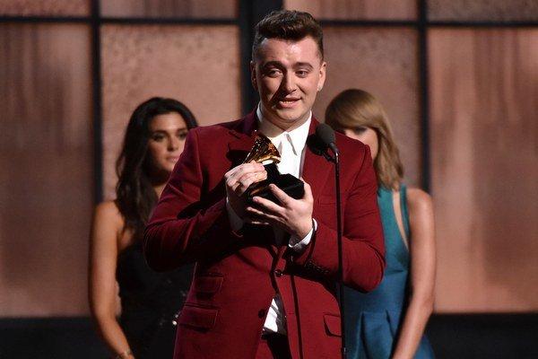 Sam Smith preberá cenu Grammy za objav roka.