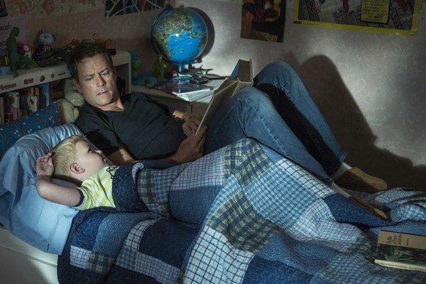 Do kín prichádza film podľa rovnomeného amerického bestselleru Nebo nie je výmysel. Na snímke herec Greg Kinnear v úlohe otca a Connor Corum v úlohe malého Coltona.