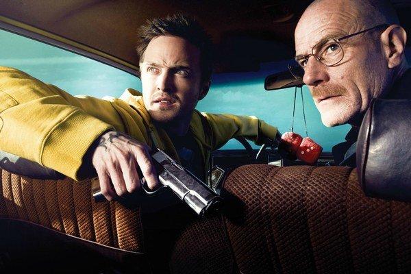 Žiak a učiteľ odišli zo školy k drogovému biznisu. Aaron Paul (vľavo) a Bryan Cranston v hlavných postavách seriálu Perníkový tatko.