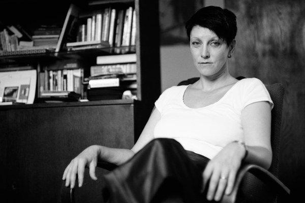 Uršuľa Kovalyk (1969) sa narodila v Košiciach, vyštudovala sociálnu prácu na Trnavskej univerzite. Pracuje v občianskom združení Divadlo bez domova s bezdomovcami v Bratislave.  Vydala knihy Neverné ženy neznášajú vajíčka (2002), Travesty šou (2004), Žena