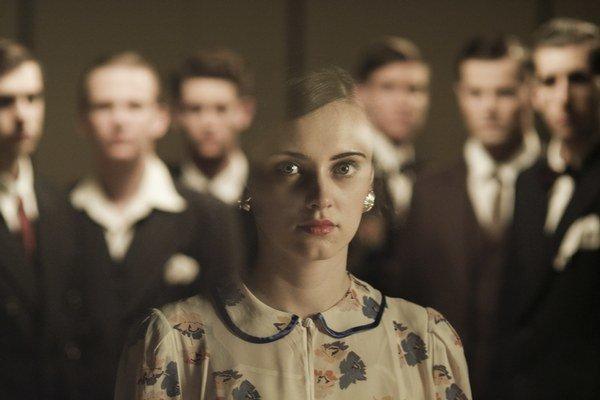 Film V tichu rozpráva príbehy piatich osudov židovských hudobníkov a interpretov, ktorým hudba pomohla v utrpení.