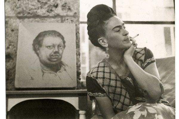 Fotografia fajčiacej Fridy Kahlo s portrétom Diega Riveru v pozadí pochádza z roku 1945.