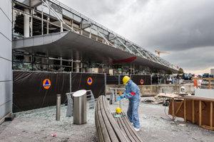 Jeden z terminálov letiska je značne poškodený.
