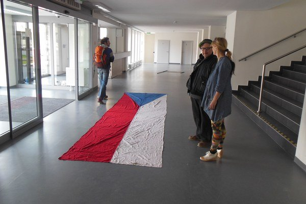 Inštalácia Dalibora Baču s názvom CZ_SK_HU_DE_PL_ v košickej Kunsthalle v rámci výstavy Privátny nacionalizmus.