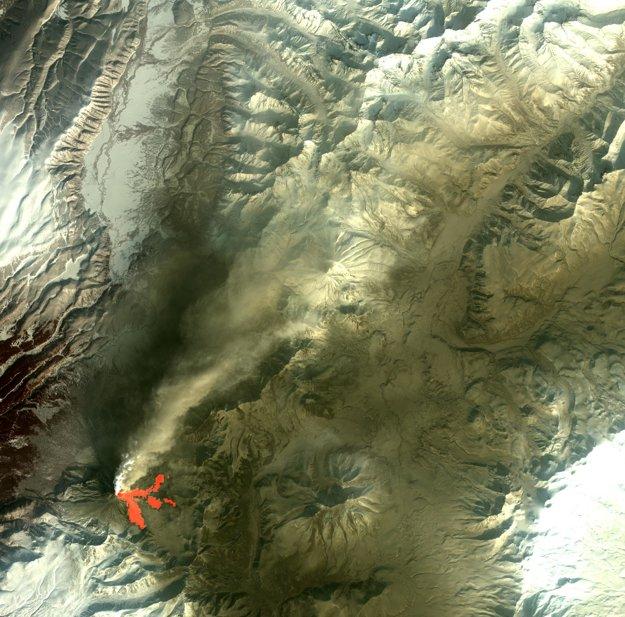 Dymiaca sopka Kizimen na Kamčatke.