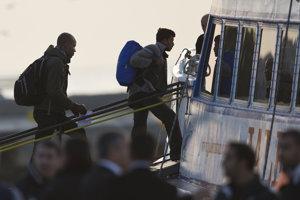 Migranti odchádzajú z Grécka.