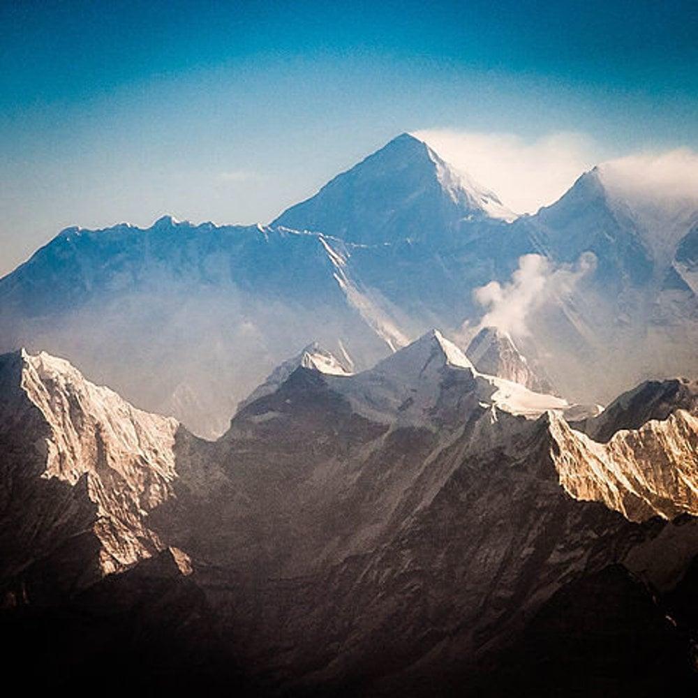 Pohľad na Mount Everest a Lhotse z juhu. V popredí sú Thamserku, Kantega a Ama Dablam.