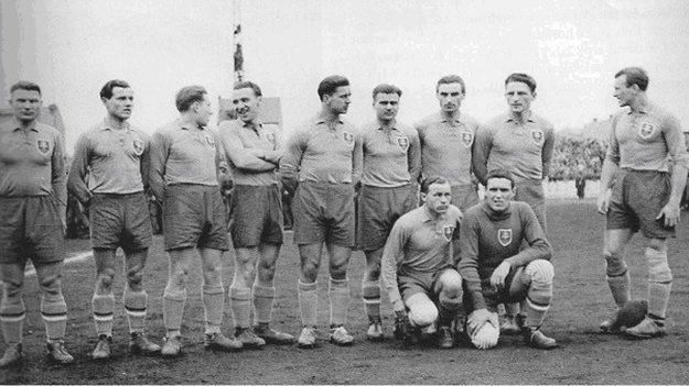 Mužstvo Slovenska pred stretnutím s Chorvátskom 9. augusta 1944 v Záhrebe. Horný rad zľava: Luknár, Stankovič, Bolček, Tegelhof, Bielek, Venuti, Bačkor, Vanák, Podhradský. Dolný rad: Arpáš (brankár), Tomanovič.