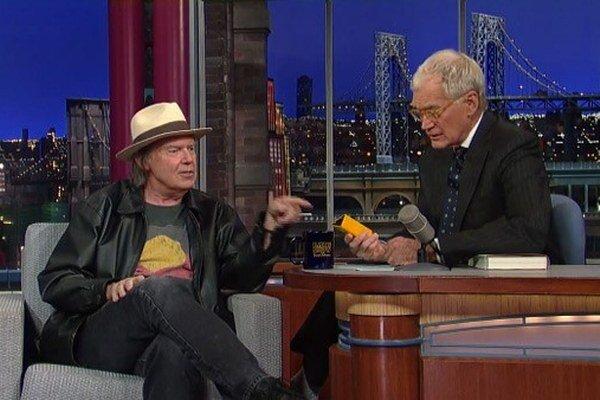 Neil Young predvádza svoj prehrávač Pono v šou Davida Lettermana.