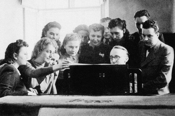 Eugen Suchoň so svojimi žiakmi.