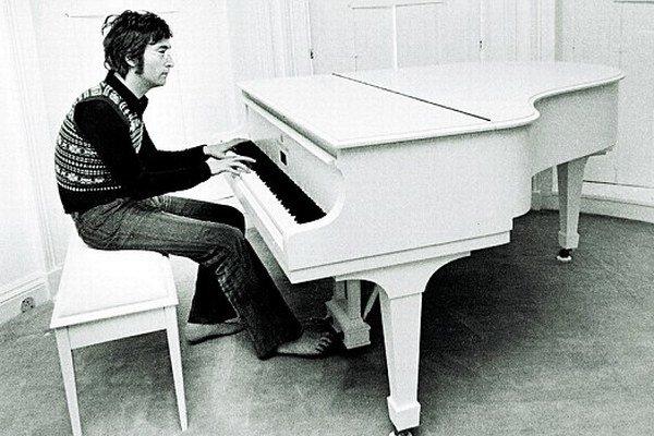 Biele krídlo Steinway v síde Lennonovcov.