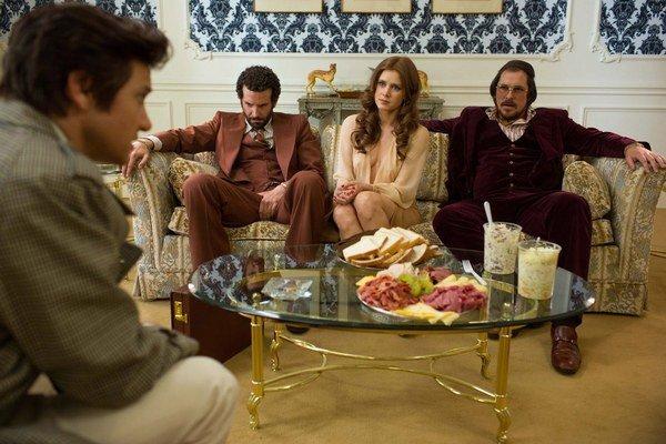 Jeremy Renner, Bradley Cooper, Amy Adams a Christian Bale vo filme Špinavý trik.
